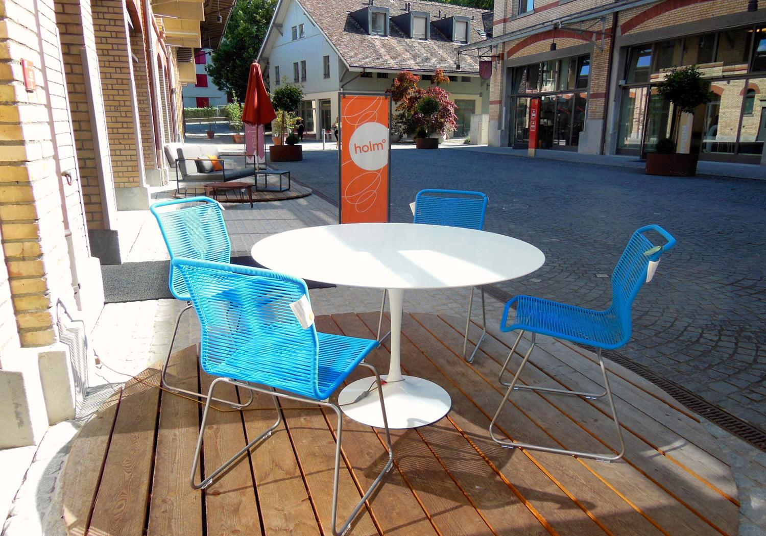 Eero Saarinens Tulip Table for outdoor use - Knoll International