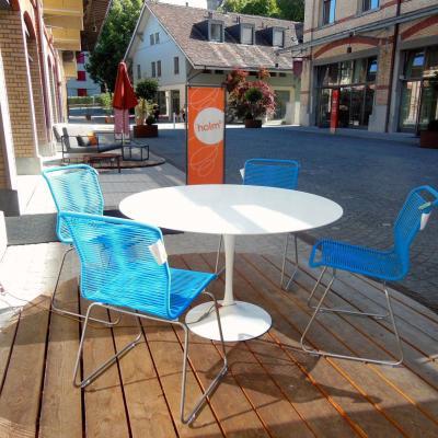 Eero Saarinens Tulip Table for outdoor use - Knoll International